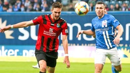 Hansa Rostocks Lukas Scherff (r.) im Duell mit dem Chemnitzer Sören Reddemann