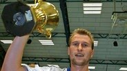 Thomas Knorr feiert den Supercup-Gewinn 2004. © picture-alliance/dpa