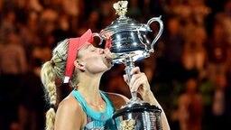 Angelique Kerber küsst den Siegerpokal bei den Australian Open. © picture-alliance Foto: Filip Singer