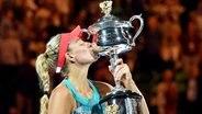 Angelique Kerber küsst den Siegerpokal bei den Australian Open. © picture-alliance Fotograf: Filip Singer