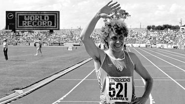 Marita Koch jubelt nach ihrem 400-m-Weltrekord beim Weltcup 1985 in Canberra (Australien) © picture-alliance/ dpa