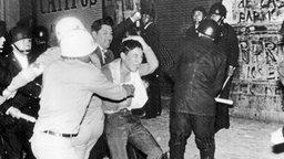 Schwere Zusammenstöße zwischen Studenten und der Polizei am Abend des 29.07.1968 in Mexiko-Stadt. © picture-alliance/ dpa