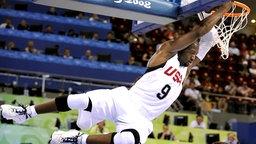 Der US-Amerikaner Dwyane Wade macht einen Dunking im Spiel gegen Deutschland. © AFP