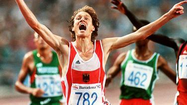 Verzückt entrückt: Dieter Baumann bejubelt seinen größten Sieg - Gold in Barcelona über 5000 Meter © picture-alliance / dpa