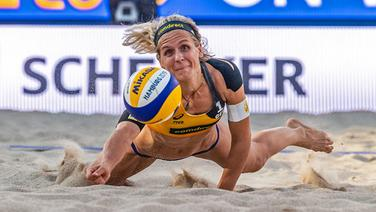 Beachvolleyball-Olympiasiegerin Laura Ludwig in Aktion © imago images / Beautiful Sports