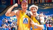 Jubel bei Nils Ehlers (l.) und Lars Flüggen bei der Beachvolleyball-WM in Hamburg © imago images / Beautiful Sports