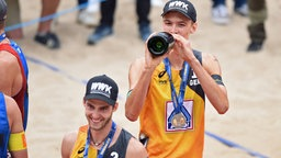 Julius Thole (links) und Clemens Wickler bei der Beachvolleyball-Weltmeisterschaft in Hamburg