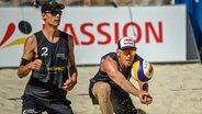 Beachvolleyballer Julius Thole (l.) mit seinem Ersatzpartner Alexander Brouwer. © imago images / Beautiful Sports