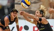 Die Beachvolleyballerinnen Kira Walkenhorst (l.) und Anna-Lena Grüne umarmen sich. © imago images / Beautiful Sports