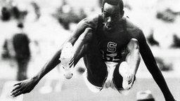 Der US-Amerikaner Bob Beamon bem Weitsprung während der Olympischen Spielen in Mexiko 1968 © ullstein bild - Werek