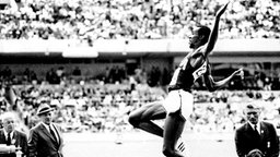 Der US-Amerikaner Bob Beamon beim Weitsprung in Mexiko 1968 © picture-alliance / dpa