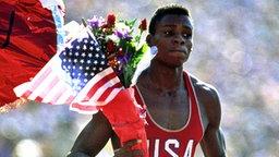 Carl Lewis (USA) freut sich über seine vierte Goldmedaille. © ullstein bild - KPA