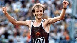 Marathon-Olympiasieger Waldemar Cierpinski (Halle) feiert seinem Sieg in Moskau © picture-alliance / dpa