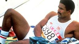 Der britische Zehnkämpfer Daley Thompson bei einer kurzen Erholungspause © picture-alliance / dpa