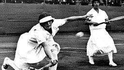 Die US-Tennisspielerin Helen Wills (l.) streckt sich zu einem Vorhand-Return. © picture alliance - dpa