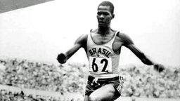 Der Brasilianer Adhemar Ferreira da Silva bei seinem Weltrekord-Sprung von 16.22m. © picture-alliance / dpa