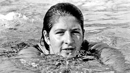 Die australische Weltrekordschwimmerin Dawn Fraser 1964 in Tokio © picture-alliance/ dpa