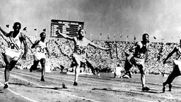 Der US-amerikanische Sprinter Harrison Dillard (l.) gewinnt den 100-m-Lauf 1948 in London. © picture-alliance / dpa