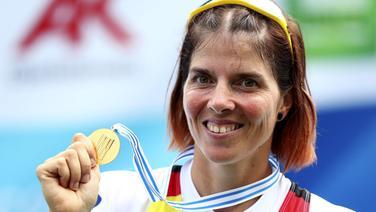 Marie-Louise Dräger zeigt ihre WM-Goldmedaille. © picture alliance / AP Photo Foto: Matthias Schrader