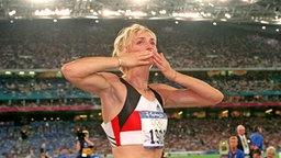 """Bewegt im Augenblick ihres zweiten Olympiasieges: """"Jahrhundert""""-Weitspringerin Heike Drechsler © picture-alliance / dpa"""