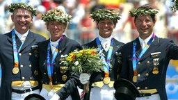 Goldmedaillengewinner-Dressur-Mannschaft bestehend aus Hubertus Schmidt, Heike Kemmer, Ulla Salzgeber und Martin Schaudt © picture-alliance / Sven Simon
