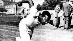 1932: Der farbige US-Sprinter Thomas Edward Tolan gewinnt die Goldmedaille über 100 Meter. © picture-alliance / dpa