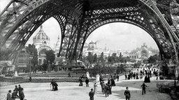 Der zur Weltausstellung 1889 gebaute Eiffelturm in Paris © Roger Viollet/Getty Images