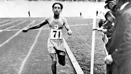 Der für Frankreich startende Algerier Boughèra El Ouafi überquert als Erster die Ziellinie. © ullstein bild