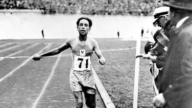 Der für Frankreich startende Algerier Boughèra El Ouaf überquert als Erster die Ziellinie. © ullstein bild
