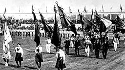 Die Fahnenträgerinnen und -träger ziehen mit den Flaggen von insgesamt 29 Teilnehmerstaaten in die Arena ein. © picture-alliance/ dpa