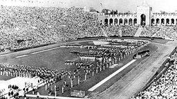 Im mit über 105 000 Zuschauern vollbesetzten Olympiastadion von Los Angeles werden die X. Olympischen Sommerspiele eröffnet. © picture-alliance / dpa