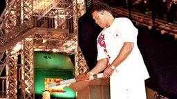 Der ehemalige Schwergewichts-Boxweltmeister Muhammad Ali entzündet während der Eröffnungszeremonie für die Olympischen Sommerspiele in Atlanta das olympische Feuer. © picture-alliance / dpa