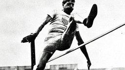 Einer der erfolgreichsten Olympioniken aller Zeiten: Ray Ewry (USA), hier bei seinem Sieg im Hochsprung aus dem Stand (1,575 m) © ullstein bild - KPA