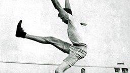 Einer der erfolgreichsten Olympioniken aller Zeiten: Ray Ewry (USA), hier bei seinem Sieg im Hochsprung aus dem Stand (1,575 m) © picture-alliance/ dpa