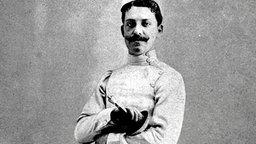 Stolzer Olympiasieger im Degenfechten der Fechtmeister 1900: Albert Ayat (Frankreich). © picture alliance / united archives