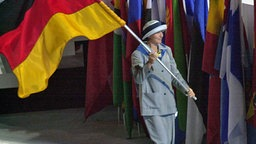 Fahnenträgerin Birgit Fischer bei den Spielen 2000 in Sydney © DPA