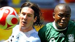 Argentiniens Star Leo Messi im Duell mit Nigerias Victor Obinna. © dpa - Bildfunk Foto: Daniel Dal Zennaro