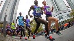 Arne Gabius (r.) beim Frankfurt Marathon © dpa-Bildfunk Foto: Fredrik Von Erichsen