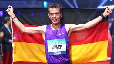 Arne Gabius mit der deutschen Fahne © dpa-Bildfunk Foto: Fredrik Von Erichsen