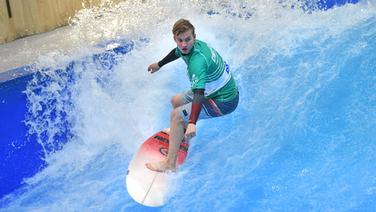 Leon Glatzer surft. © imago images