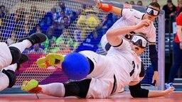 Michael Feistle (vorn) und Thomas Steiger wehren für das deutsche Team im Eröffnungsspiel der Goalball-Europameisterschaft in Rostock gegen Spanien einen Ball vorm Tor ab. Goalball ist eine Ballsportart für Menschen mit Sehbehinderung. © dpa Foto: Jens Büttner