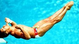 Wasserspringer Greg Louganis (USA) im olympischen Finale der Kunstspringer in Seoul © picture-alliance / dpa