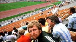 Guido Kratschmer verfolgt in Moskau von der Tribüne des Lenin-Stadions aus den Verlauf des Zehnkampfs. © picture-alliance / dpa