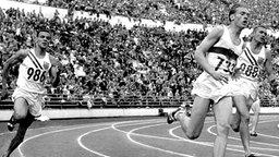 Der deutsche Sprinter Karl-Friedrich Haas (733) liegt in Helsinki beim 400-m-Zwischenlauf in Führung. © picture-alliance / dpa