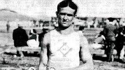 Dreifach-Triumph auf den Sprintstrecken der Leichtathletik in St. Louis: Archibald Hahn (USA) mit Siegerpokal © picture-alliance / dpa