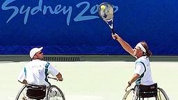 Der gehbehinderte australische Tennisspieler David Hall (l.) schaut seinem Doppelpartner David Johnson zu. © (c) dpa - Sportreport