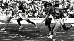 Der deutsche Super-Sprinter Armin Hary (l.) im Ziel des 100-m-Laufes © picture-alliance / dpa
