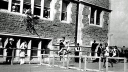 Doppel-Olympiasieger von 1904 im Hürdenlauf: Harry Hillman (USA/l.) © picture-alliance/ dpa