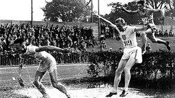 Drei Läufer beim olympischen 3.000-m-Hindernisrennen im Pariser Stade de Colombes © picture-alliance / dpa