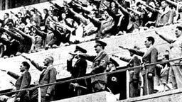 Blick auf die Tribünen im Olympiastadion von Berlin: Hitler, Goebbels und Goering (rechts neben Hitler) © picture-alliance / akg-images